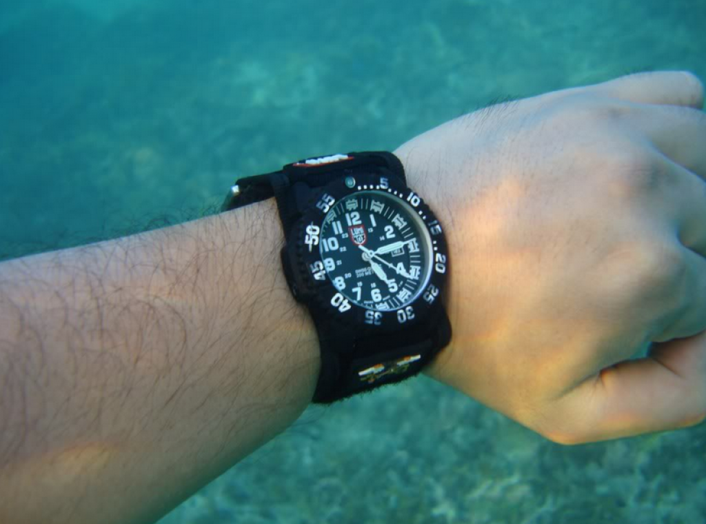 luminox-3051-evo-navy-seal-colormark-watch-under-water