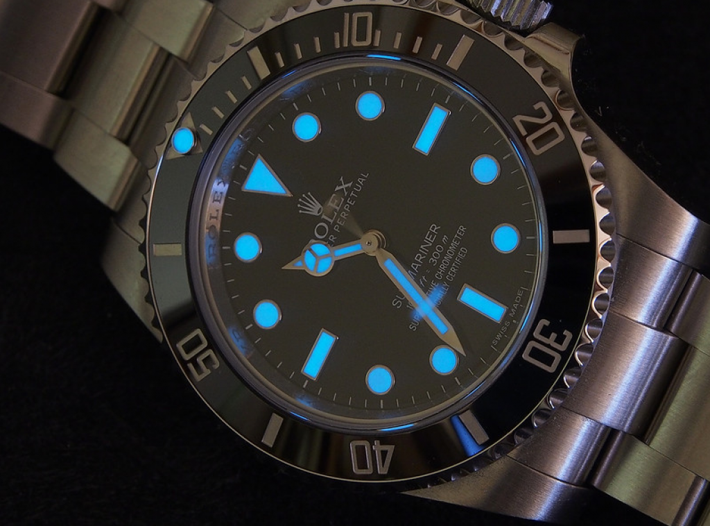 rolex-submariner-114060-dive-watch-illumination-in-dark