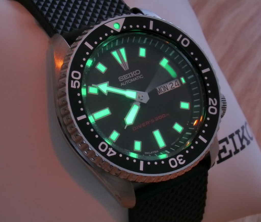 seiko-mens-skx173-dive-watch-in-dark